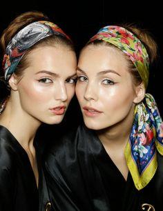 Todas coincidimos en el espectacular look de Dolce & Gabbana para este verano: 'Me encanta la idea del pañuelo en la cabeza en sus mil y una formas. Favorece y protege el pelo, qué más se puede pedir. Es el look estrella de este verano sin duda.'Paula Llanos, editora.