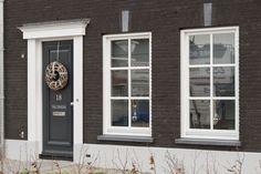 Voorgevel landelijke rijwoning met klassieke details Houses Architecture, Dutch Netherlands, Dutch House, Delft, House Painting, Sweet Home, Holland, Beautiful Homes, Decoration