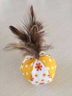 Spielball mit Dinkelspreu, Katzenminze und/oder Baldrian, mit natürlichen ungefärbten Fasan-Federn