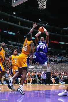 Karl Malone #32 of the Utah Jazz shoots the ball against the Los Angeles Lakers on November 11, 2000 at Staples Center in Los Angeles, CA.