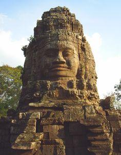 アンコール・トム (Angkor Thom) は、アンコール遺跡の1つでアンコール・ワット寺院の北に位置する城砦都市遺跡。12世紀後半、ジャヤーヴァルマン7世により建設されたといわれている。周囲の遺跡とともに世界遺産に登録されている。 Ta Prohm, Cambodia Beaches, Culture Art, Angkor Wat, Ancient Civilizations, Oh The Places You'll Go, Southeast Asia, Black History, Monument Valley