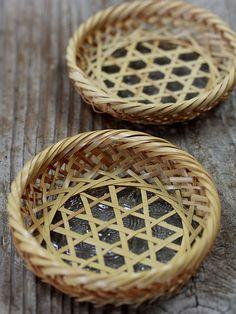 竹編み茶托 Bamboo Weaving, Weaving Art, Basket Weaving, Bamboo Art, Bamboo Crafts, Bamboo Furniture, Handmade Furniture, Casas Country, Bamboo Texture
