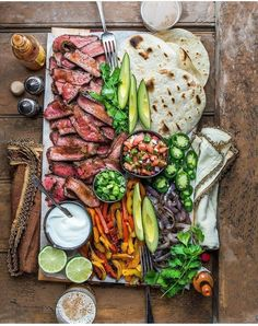 food platters / food ` food recipes ` food cravings ` food videos ` food photography ` food platters ` food and drink ` food dinner Grilled Chicken Fajitas, Steak Fajitas, Barbecued Chicken, Steak Fajita Recipe, Tasty, Yummy Food, Cooking Recipes, Healthy Recipes, Diet Recipes