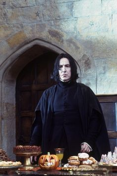 A gallery of Harry Potter and the Sorcerer's Stone publicity stills and other photos. Featuring Daniel Radcliffe, Rupert Grint, Emma Watson, Maggie Smith and others. Alan Rickman Severus Snape, Professor Severus Snape, Severus Rogue, Draco, La Saga Harry Potter, Snape Harry Potter, Harry Potter Aesthetic, Harry Potter Characters, The Sorcerer's Stone