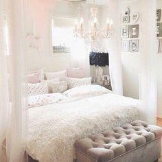 Dit is een prachtige kamer, toch naar mijn smaak zou ik er wat meer kleur in willen door bijvoorbeeld een grote vaas neer te zetten met mooie bloemen