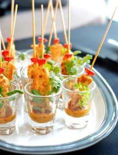 おしゃれなフィンガーフードは、楊枝をはじめ、グラスや小皿、そしてアミューズスプーン(ガーニッシュトレイ)など小物も上手に活用していますね。