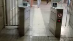 Lunedì mattina, Mauro va nella stazione di Lido Centro come ogni mattina e, come da qualche mattina a questa parte trova i tornelli aperti. Senza fare conti da sabato mattina a lunedì mattina nessuno potenzialmente ha pagato il biglietto. Come era la storia del 15% di evasione?