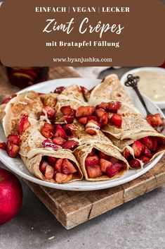 Vegan crêpes with cinnamon and a sweet filling of caramelized apples. The crepes are quick and easy to prepare and need only 5 ingredients! Perfect for a cozy breakfast or as a dessert! Baked Apple Dessert, Apple Dessert Recipes, Snack Recipes, Vegan Sweets, Vegan Snacks, Vegan Meals, Crepes Filling, Apple Filling, Crapes Recipe