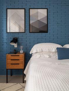 Quarto de casal modernos, com parede da cabeceira revestida em tijolo aparente com pintura azul. www.marinacarvalho.com
