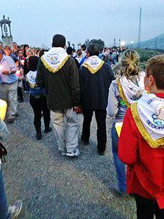 Guillén, vuelve a alterar el orden protocolario presidiendo la procesión de antorchas en la Cueva Santa