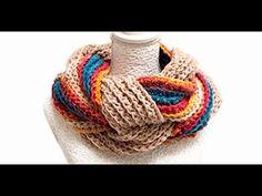 Os ventos gelados anunciam o inverno. É hora de fazer as belas e super práticas golas quentinhas e aconchegantes. Inspire-se e mãos à obra! ^.~ Crochet Hooded Scarf, Crochet Mittens, Knitted Shawls, Crochet Scarves, Crochet Shawl, Crochet Doilies, Knitting Socks, Free Crochet, Knit Crochet