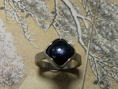 * verlovingsring | oogst-sieraden * Verlovingsring * Witgouden ring met linnen structuur en antiek geslepen saffier * Maatwerk *