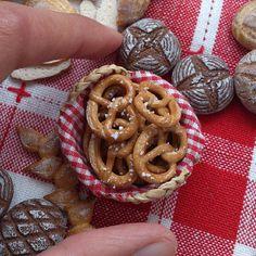 Sculpted bretzel / pretzel out of polymer clay :) Cute Polymer Clay, Cute Clay, Polymer Clay Miniatures, Fimo Clay, Polymer Clay Charms, Polymer Clay Projects, Dollhouse Miniatures, Barbie Food, Doll Food