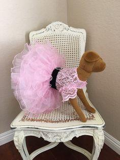 Vestido de perro de princesa rosa chicle por MonPetitChienShop                                                                                                                                                                                 Más