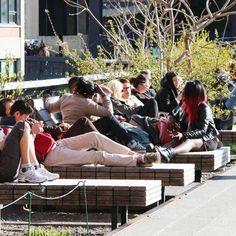 O parque suspenso High Line é um dos nossos lugares favoritos em Nova York! Nada como sentar aí e relaxar 😎  A gente sempre quer fazer mil coisas quado esta por lá e esse é o lugar ideal para dar um tempo da loucura que é estar em NY 😀