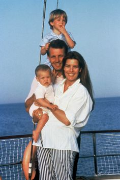 Vacances en famille à Monaco, août 1987 Caroline de Monaco, Stefano Casiraghi, Andrea et Charlotte.