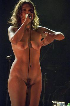 Show de Bárbara Eugênia, no Sesc Belenzinho, em que a cantora ficou nua em performance