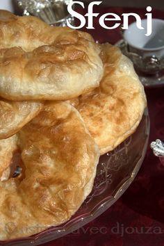 sfendj ou sfenj : un beignet arabe rond avec un trou. En Algérie le sfenj a la farine rencontre un fort succès. Des sfenjs rapides et faciles au pétrin à la mie Beignets, Churros, Donuts, Moroccan Bread, Baking Recipes, Dessert Recipes, Tunisian Food, Algerian Recipes, Arabian Food