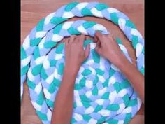 Old towels are much too good for the garbage. So versatile . Best Picture For DIY Rug tutorial For Diy Tresses, Diy Bath Mats, Rag Rug Diy, Diy Rugs, Braided Rag Rugs, Rag Rug Tutorial, Old Towels, Bath Towels, Towel Rug