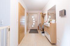 Die haustür und die Innentüren stammen aus der Hartl Tischlerei. Divider, Room, Furniture, Home Decor, Carpentry, Decorating, Bedroom, Decoration Home, Room Decor