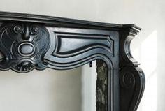 Onlangs hebben wij deze prachtige 'Noir de Mazy' schouw aangeschaft. Een schitterende antieke schouw met fraaie versieringen in het frontgedeelte en doorlopend op de benen. Deze schouw stamt uit het tijdperk van Koning Louis XV.