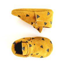mocassins pour bébés / or daim avec triangles noirs par ullaviggo sur Etsy https://www.etsy.com/fr/listing/225675925/mocassins-pour-bebes-or-daim-avec