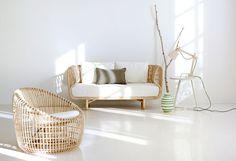 Canapé en  rotin naturel issu du développement durable et réalisé artisanalement. Option banquette et 2 coussins de coloris blanc.