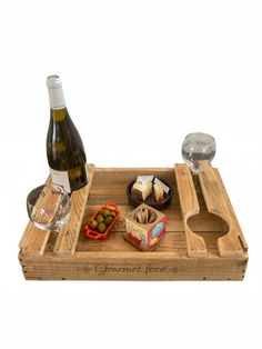 Wooden Pallet Projects, Diy Pallet Furniture, Crate Crafts, Wooden Platters, Bois Diy, Wine Craft, Serving Tray Wood, Wine Bottle Holders, Wood Crates