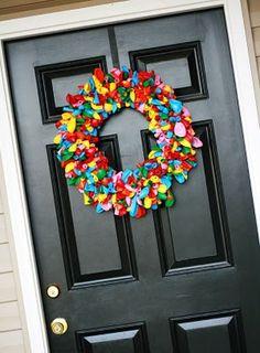 A guirlanda é toda feita de balões. Muito fácil hein gente, nem precisa encher, é só colar em um círculo de papelão e prender na porta…