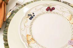 Para compor a mesa, sousplat verde celadon maravilhoso e coringa, taças transparentes e amarelas, talheres laguile e descansos de talher em bambu. Jogos americanos de folha de bananeira, guardanapos ferrugem, porta-guardanapos de avencas, marcadores de lugar de frutinhas e salva de prata com lencinho para limpar as mãos completaram a mesa.
