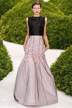 Christian Dior Spring 2013 Couture . Esse corte e essa simplicidade diz tudo pra mim em como um ombro encaixado pode ser perfeito