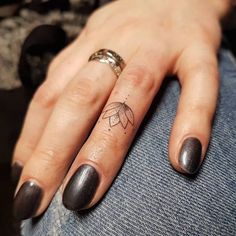 12 Awesome Small Tattoo Ideas for Women finger dot tattoos anchor finger tattoo ring finger tattoos for couples gun finger tattoo thumb tattoos Source by brachelecamden Finger Dot Tattoo, Anchor Finger Tattoos, Thumb Tattoos, Finger Tattoos For Couples, Cute Finger Tattoos, Dot Tattoos, Finger Tats, Mini Tattoos, Trendy Tattoos