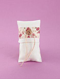 www.mpomponieres.gr Μπομπονιέρα γάμου εκρού φάκελος κάθετος από ύφασμα πικέ σε τελείωμα ζικ-ζακ, με δέσιμο κορδέλα φλοράλ και διακοσμητικό μπεζ κουμπί. Τα χρώματα κατόπιν συννενοήσης μαζί μας μπορούν να προσαρμοστούν κατά την αρέσκειά σας. #mpomponieres #bomboniere #gamou #gamos #bonbonieres #μπομπονιερες #γαμου #γαμος #wedding #marriage http://www.mpomponieres.gr/mpomponieres-gamou/mpomponieres-gamou-fakelos-zik-zak-me-floral-kordela.html
