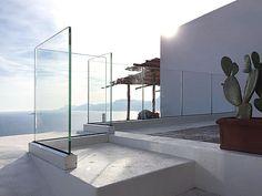 Faraone gewann mit Ninfa 90 den silbernen Innovations-Preis in der im Freienbefestigungskategorie von Le Mondial du Bâtiment Batimat.Das erste alle Glasbalustrade mit einer niedrigen Höhe von nur 90mm.. certif ied für eine Schubwiderstandkategorie...