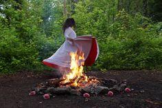 🔥 Ums Feuer herum 💃 tanzen,  🏞️ im Rhythmus der Natur.  Im Tanzen kannst du dich ausdrücken und mitteilen, ohne Worte.  Bewege deinen Körper frei und irgendwann machst du Bewegungen, die deinen Körper harmonisieren.  Lausche deinem Herzen und finde heraus, was für dich wirklich wichtig ist. Outdoor Decor, Home Decor, One Day, Healing, Dance, Nature, Decoration Home, Room Decor, Interior Decorating