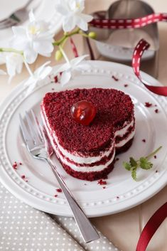 RUDÝ SAMET ANEB RED VELVET CAKE - Inspirace od decoDoma Red Velvet Recept, Sweet Desserts, Sweet Recipes, Red Velvet Cake Decoration, Blackberry Cake, Sweet Bar, Czech Recipes, Christmas Breakfast, How Sweet Eats