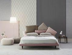 Esta frase cobra verdadero sentido en este dormitorio, de la firma Bonaldo. La cama, mod. Picabia, de Giuseppe Viganò, destaca por su original cabecero, en el que se yuxtaponen varios almohadones de tamaño XXL.