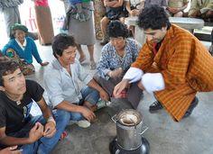Deepak Ashwani, grundlægger af Dazin, demonsterer hvordan komfurene virker. Foto: Dazin.   Merkur støtter komfurer, der redder liv: Merkur Andelskasse har gennem CO2 Sparekontoen støttet et udviklingsprojekt, der ikke blot adresserer helbredsproblemer i Bhutan, men samtidig mindsker CO2 udledning og afskovning samt giver fattige tid til indtægtsskabende aktiviteter. Sodpartikler slår årligt flere ihjel end AIDS, tuberkulose og malaria tilsammen. Åben ild som primær energikilde har desuden…