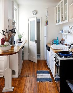 I know that its popular to have a big open concept kitchen with an island, but I& always loved galley kitchens. Stock Cabinets, Glass Cabinets, Skinny Kitchen, White Cupboards, Cocinas Kitchen, Brooklyn Apartment, Dream Apartment, Open Concept Kitchen, Cuisines Design