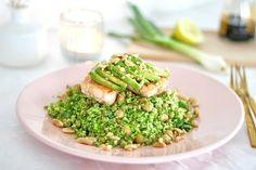 Couscous van broccoli met doperwten, avocado, zalmfilet en sojadressing