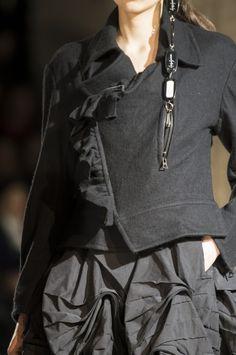Yohji Yamamoto at Paris Fashion Week Fall 2017 - Details Runway Photos Fall Fashion Trends, Fashion Week, Fashion Show, Autumn Fashion, Fashion Styles, Yohji Yamamoto, Dark Fashion, High Fashion, Street Fashion