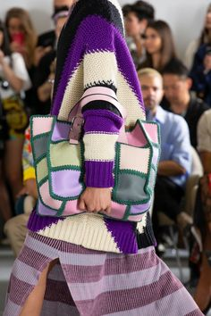 Loewe Spring 2020 Menswear Fashion Show Loewe Spring 2020 Menswear Collection - Vogue Always aspired to learn to knit, although undecided how to start? Knit Fashion, Fashion Bags, Womens Fashion, Fashion Backpack, Fashion 2020, Fashion Show, Fashion Spring, Fashion Styles, Vogue Paris