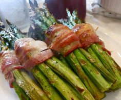 Try this amazing side dish and WOW your family and friends: Asparagus Wrapped in Bacon - YUM!