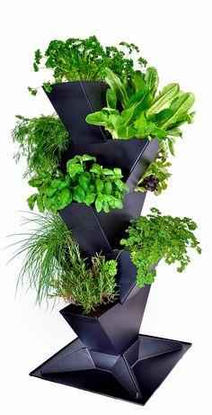 Med krukan Tower kan du odla väldigt mycket på en liten golvyta. Ett helt unikt sätt att odla på höjden. Tower byggs enkelt ihop till önskad höjd.