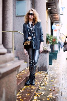 """""""Passeando"""" pelo Stockholm vi várias garotas usando roupas com brilho de dia. Ok, ok, isto não é mais novidade para ninguém, mas como usá-las de maneira apropriada, sem ficar parecendo que a gente """"emendou"""" a noitada e saiu faiscante por aí à luz do sol? Então vamos analisar o estilo de algumas destas meninas para …"""