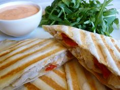 Recept Mammoetsaus. Een heerlijke mayonaise met gedroogde tomaat, ui en knoflook. Lekker over patat (of ander frituur) salades, chips op broodjes en nog veel meer.