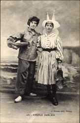Postcard Couple Sablais, Paar in Tracht, Flechtkörbe