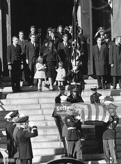 John F. Kennedy's casket is taken down the steps of the U. Capitol as Jackie Kennedy, daughter Caroline, son John Jr. and Kennedy family members look on from the top of the steps. Jackie Kennedy, Les Kennedy, Jaqueline Kennedy, Robert Kennedy, Jfk Funeral, Familia Kennedy, Kennedy Assassination, Jfk Jr, John Fitzgerald
