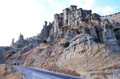 """Kula Peribacaları-Manisa Volkanik bir bölge olan Kula'da yer alan, yağmur ve rüzgarın aşındırmasıyla oluşmuş bu doğal şekillerin yer aldığı bölge ziyaretçiler tarafından """"Kuladokya"""" olarak adlandırılmıştır."""