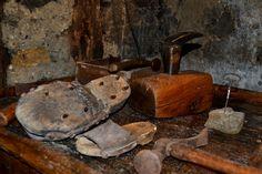 Ecomuseo di Valtorta - Il museo etnografico, attrezzi del calzolaio #ecomuseo #valtorta #tradizioni #cultura #montagna #vallebrembana #altobrembo #calzolaio #attrezzi #museo #etnografico